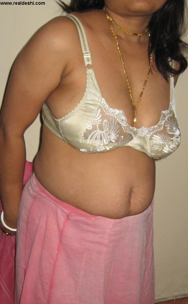 milf aunty lifting her saree to reveal her hairy choot and