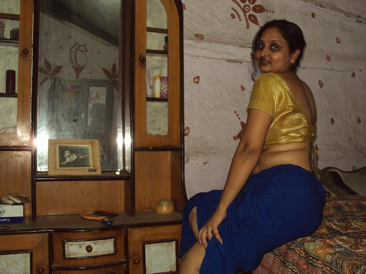 Saree blouse removing girls photo