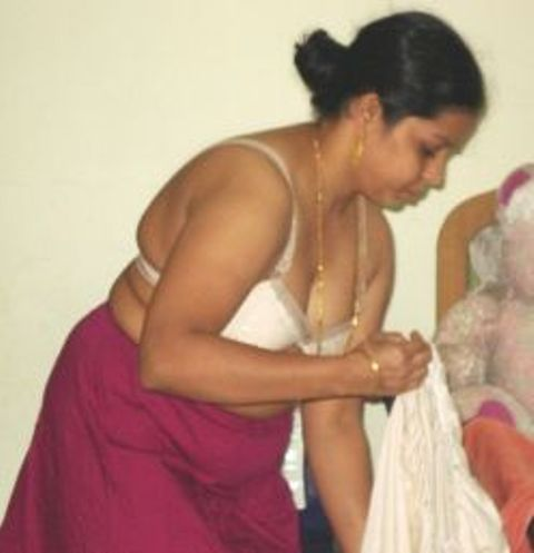 Hot aunty saree wear without blouse and panty pic