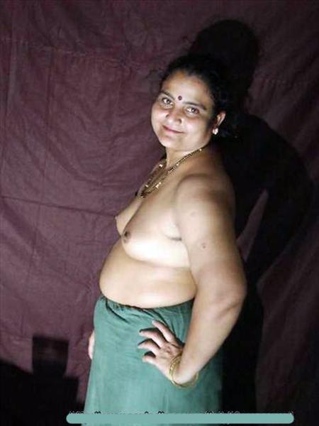 Desi blouseless Saree nude pics
