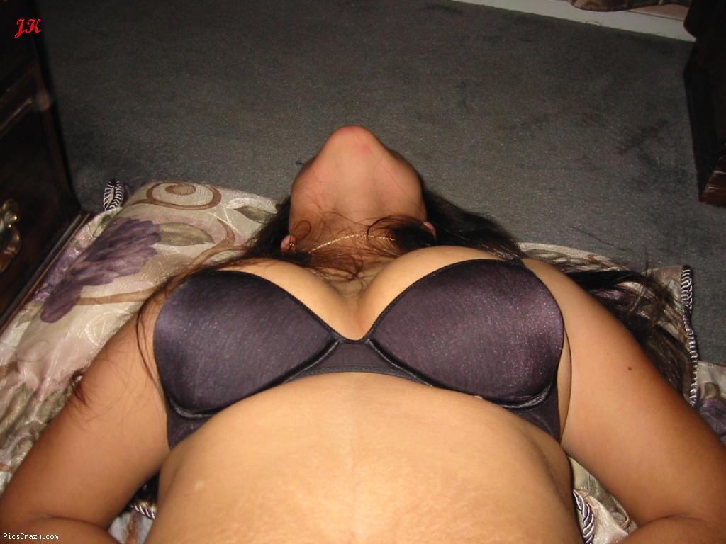 Bhabhi Wearing Bra Showing Big Boobs Cleavage - Hd Images-1129