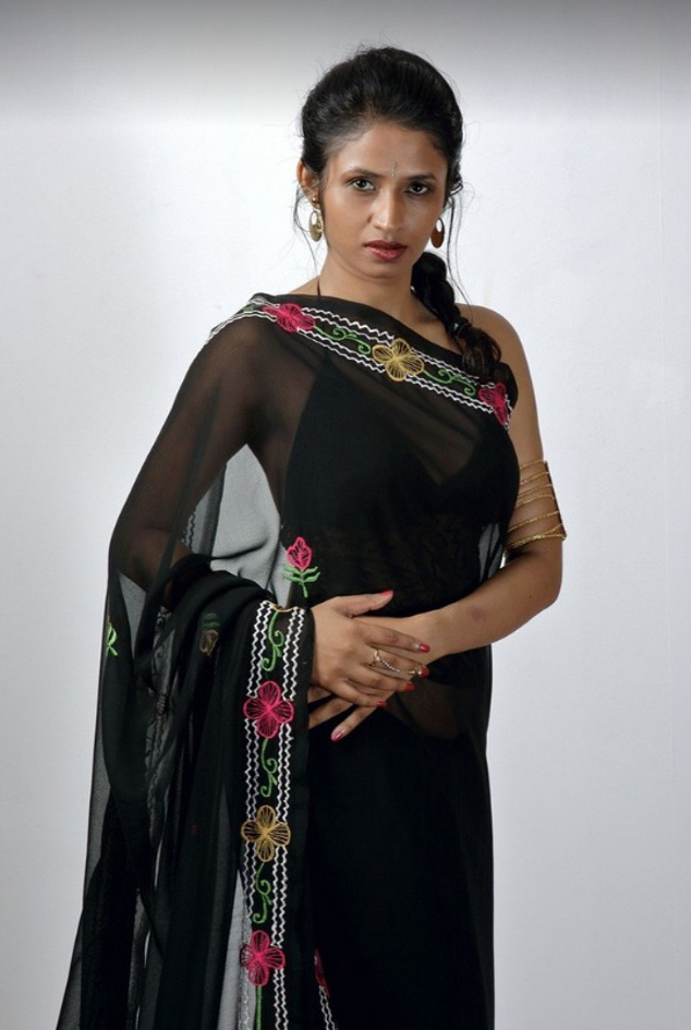 Very Tamil auntys saree cleavage your place
