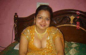 Bangladeshi village aunty removing saree petticoat