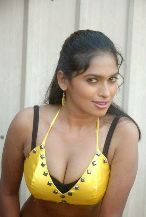 Huge boobs mallu aunty shows 4