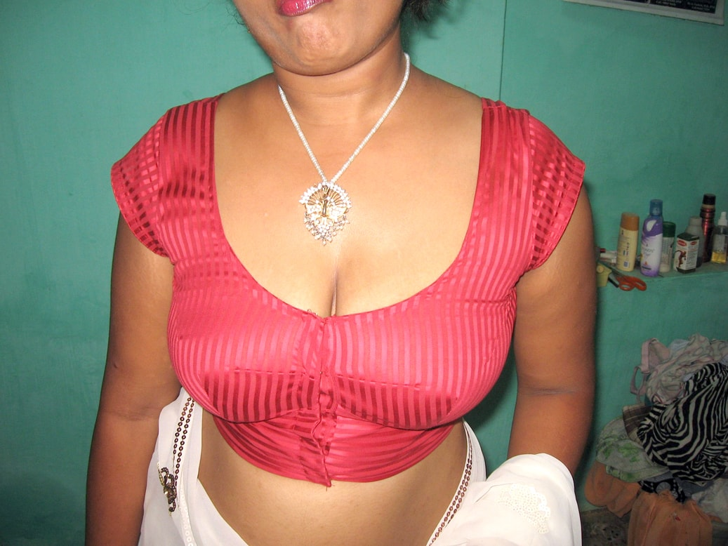 Aunty cleavage photo