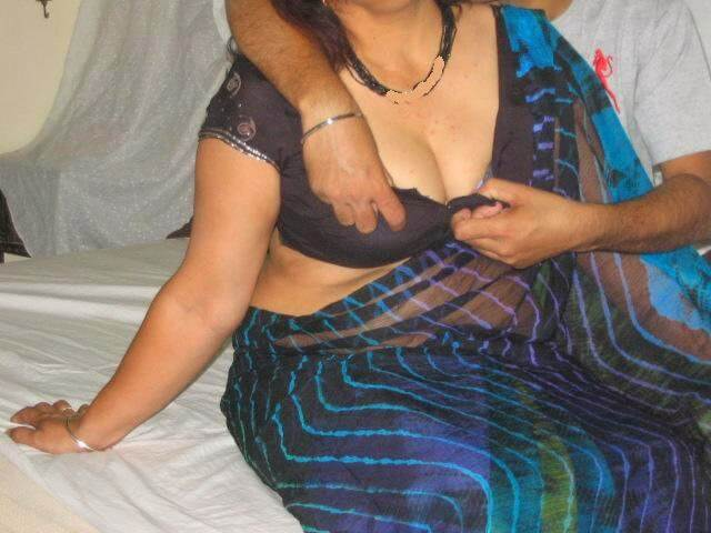 Aunty saree remove