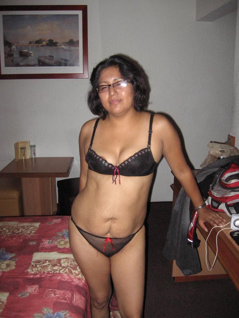 Mallu Aunty Bra Panty - Lady Wearing Blouse Back Pink Bra