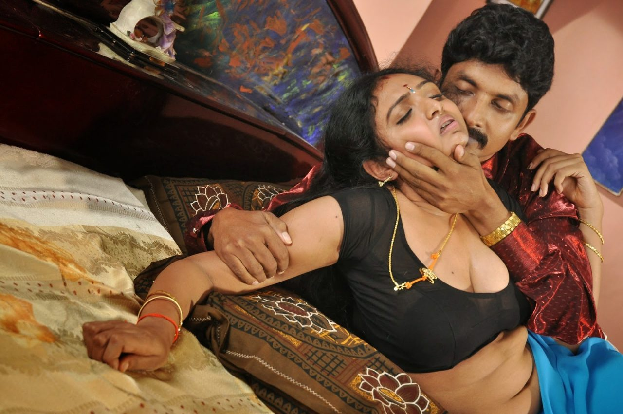 Indian sexy bhabhi bra saree opening