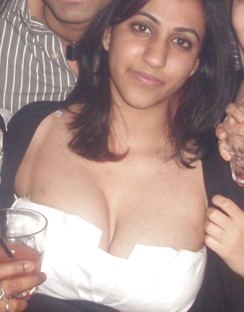 Cannot tell Desi big boob cleavage photo can