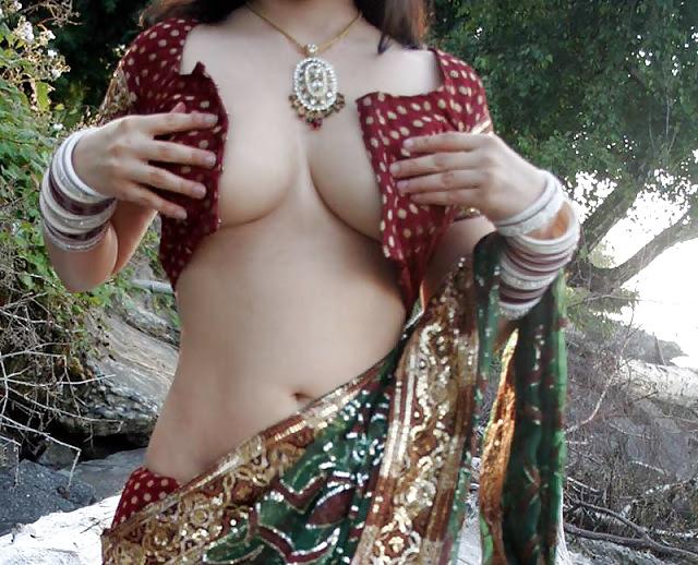 Boobs show in saree