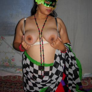 aunties saree exposing