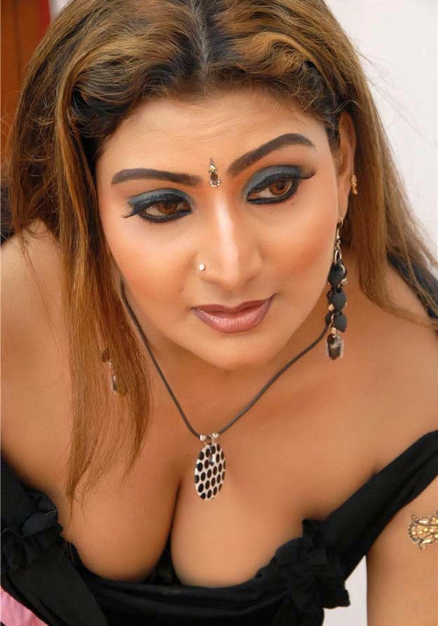 aunty cleavage images in hd new 2018 unseen collection